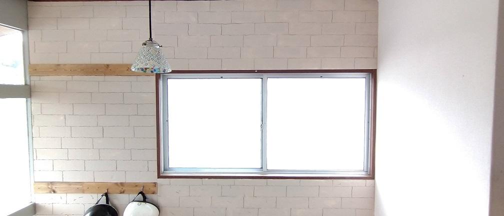 発泡スチロールを使って、レンガみたく壁に貼ってみたよ!めっちゃオシャレ!!DIY初心者。